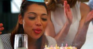 Executivo empresarial que comemora um partido do dia do nascimento no escritório video estoque