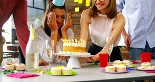 Executivo empresarial que comemora um partido do dia do nascimento no escritório vídeos de arquivo