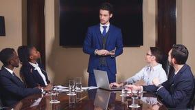Executivo empresarial que entrega a apresentação aos sócios comerciais durante o encontro filme