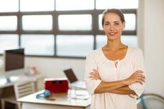 Executivo empresarial que está com os braços cruzados no escritório Fotografia de Stock Royalty Free