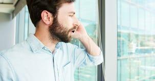 Executivo empresarial que fala no telefone celular video estoque