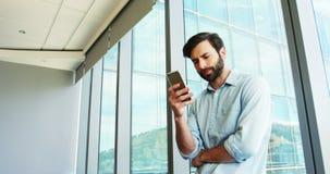 Executivo empresarial que usa o telefone celular video estoque