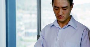 Executivo empresarial que usa a tabuleta digital filme