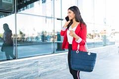Executivo fêmea atrativo que fala em Smartphone após o trabalho imagens de stock