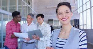 Executivo fêmea caucasiano bonito feliz que usa a tabuleta digital no escritório moderno 4k video estoque