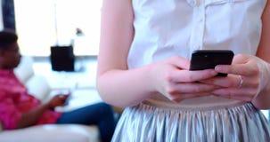 Executivo fêmea caucasiano que usa o telefone celular no escritório moderno 4k filme