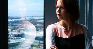 Executivo fêmea com os braços cruzados no escritório vídeos de arquivo