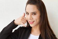Executivo fêmea com sinal da mão do contato do telefone Imagem de Stock Royalty Free