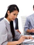 Executivo fêmea concentrado que estuda um original Fotografia de Stock
