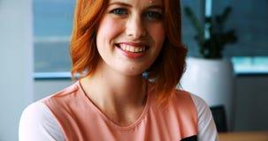 Executivo fêmea de sorriso no escritório vídeos de arquivo