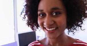 Executivo fêmea de sorriso no escritório 4k filme