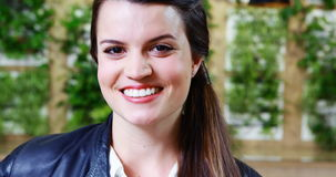 Executivo fêmea de sorriso que está no escritório vídeos de arquivo
