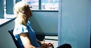 Executivo fêmea forçado no escritório vídeos de arquivo