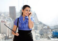 Executivo fêmea novo na chamada Imagem de Stock Royalty Free