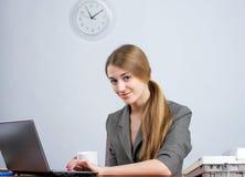 Executivo fêmea novo que trabalha sobre imagens de stock