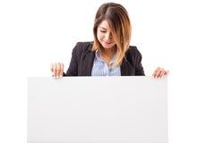Executivo fêmea olhando uma mensagem foto de stock royalty free