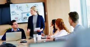 Executivo fêmea que dá uma apresentação video estoque