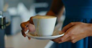 Executivo fêmea que guarda uma xícara de café no bar 4k video estoque