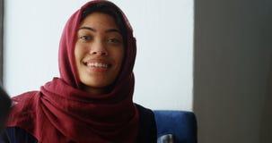 Executivo fêmea que remove os auriculares 4k da realidade virtual video estoque