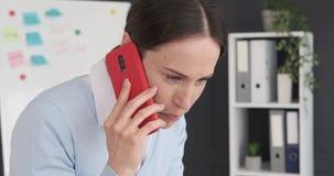 Executivo fêmea que tem a conversação engraçada no telefone celular video estoque
