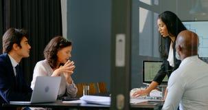 Executivo fêmea que trabalha na tabela no escritório 4k filme