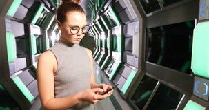 Executivo fêmea que usa o telefone celular 4k filme