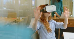 Executivo fêmea que usa os auriculares 4k da realidade virtual filme