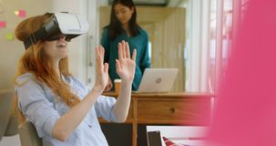 Executivo fêmea que usa os auriculares 4k da realidade virtual video estoque