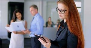 Executivo fêmea que usa a tabuleta digital 4k filme