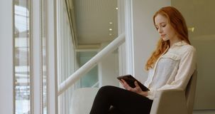 Executivo fêmea que usa a tabuleta digital no escritório 4k vídeos de arquivo