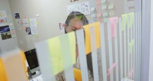 Executivo fêmea que usa a tabuleta digital no escritório 4k video estoque