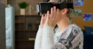 Executivo fêmea que veste auriculares da realidade virtual no escritório 4k video estoque