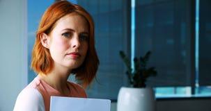 Executivo fêmea seguro no escritório filme