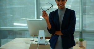 Executivo fêmea seguro no escritório video estoque