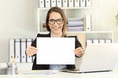 Executivo feliz que mostra um papel vazio foto de stock royalty free