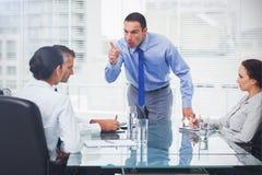 Executivo irritado que indica seu empregado Imagem de Stock Royalty Free