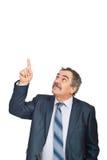 Executivo maduro que aponta para cima à cópia Imagem de Stock Royalty Free