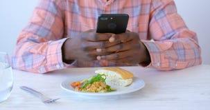 Executivo masculino afro-americano que usa o telefone celular no escrit?rio moderno 4k filme