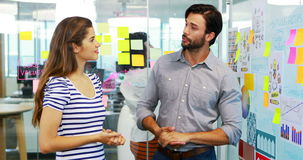 Executivo masculino e fêmea que discute sobre o whiteboard filme