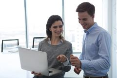 Executivo masculino e executivo fêmea que trabalha sobre a tabuleta digital de vidro imagem de stock