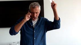 Executivo masculino frustrante que fala no telefone celular filme