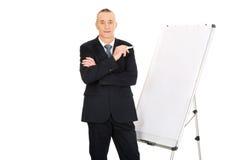 Executivo masculino que está a carta de aleta próxima Imagem de Stock