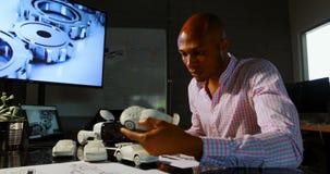 Executivo masculino que examina um carro 4k modelo filme
