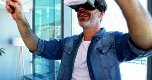 Executivo masculino que usa auriculares da realidade virtual vídeos de arquivo