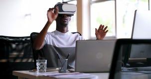 Executivo masculino que usa auriculares da realidade virtual na mesa 4k video estoque