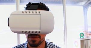 Executivo masculino que usa os auriculares 4k da realidade virtual video estoque