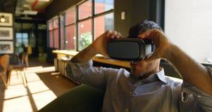 Executivo masculino que usa os auriculares 4k da realidade virtual vídeos de arquivo