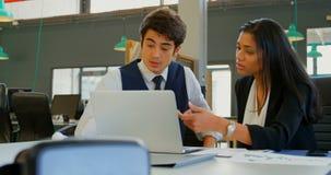 Executivo masculino que usa a tabuleta digital no escritório 4k filme