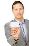 Executivo masculino sério que prende um cartão branco foto de stock royalty free