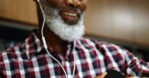 Executivo masculino superior que usa o smartwatch no escritório 4k video estoque